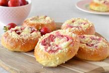 drożdżówki z serem i truskawkami