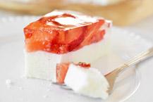 prosty sernik na zimno z truskawkami